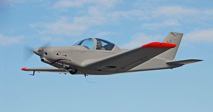 Alpi pioneer 300 Hawk ULM Rotax 914  Vmax: 290km/h Vcroisière: 250km/h Champs d'action: 1000km à 75% de puissance moteur Plafond: 5000m Piste de 150m/ mini