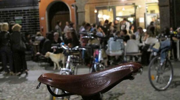 12. La bicicletta - Via Sant'Eufemia 26, Modena  Dall'insegna si capiscono due cose: qua sono specializzati in «Caffè & Salumi» e innamorati dei pedali. Da La bicicletta a Modena, tra mattoni a vista e cimeli a tema, si assaggiano taglieri di salumi e formaggi accompagnati dalle tigelle. Organizzano anche incontri e serate a tema. E con la bella stagione i tavolini invadono il portico e lo spazio all'aperto.
