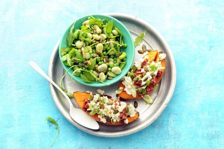 Kijk wat een lekker recept ik heb gevonden op Allerhande! Gepofte zoete aardappel met Hüttenkäse en groene salade