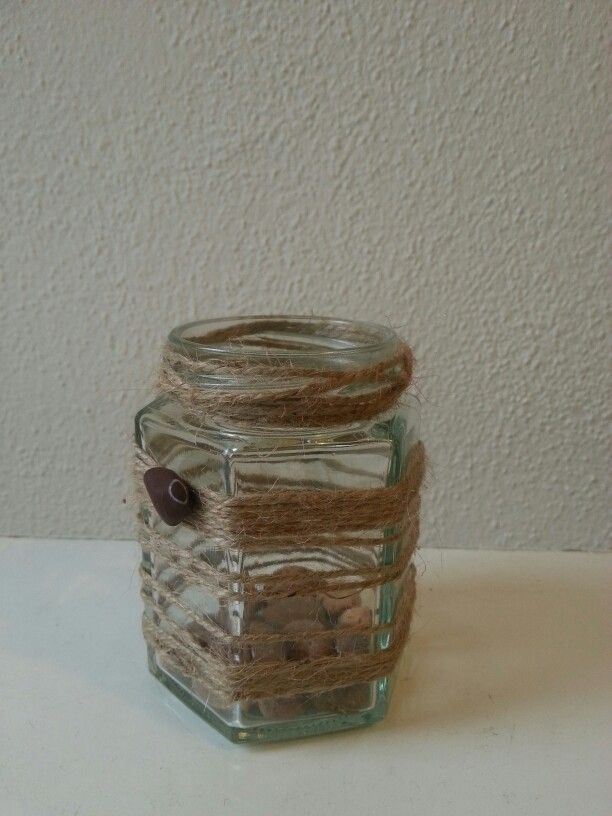 Vaso in vetro con corda e sassi
