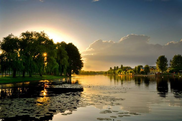 Augustów. Rzeka Netta otulona złocistymi promieniami chylącego się ku zachodowi słońca