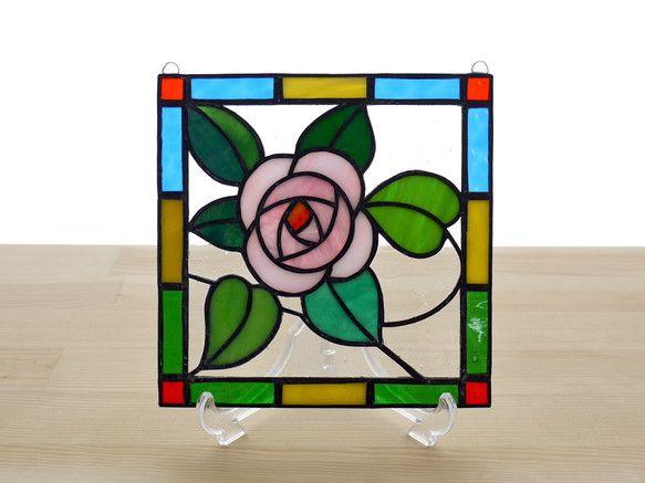 バラのステンドグラス ミニパネルです。クラシックな薔薇のモチーフですが、やわらかなピンクローズをビビッドな色の枠で囲み、明るくポップな印象です。リビングやキッ...|ハンドメイド、手作り、手仕事品の通販・販売・購入ならCreema。