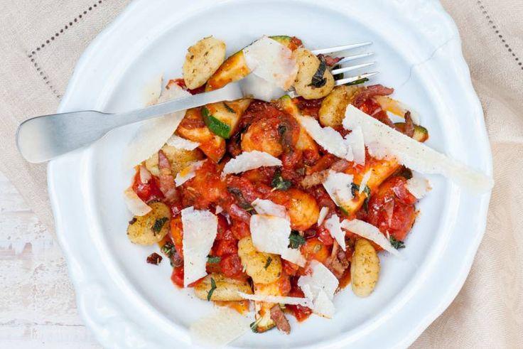 Gnocchi met courgette in tomatensaus - Recept - Allerhande