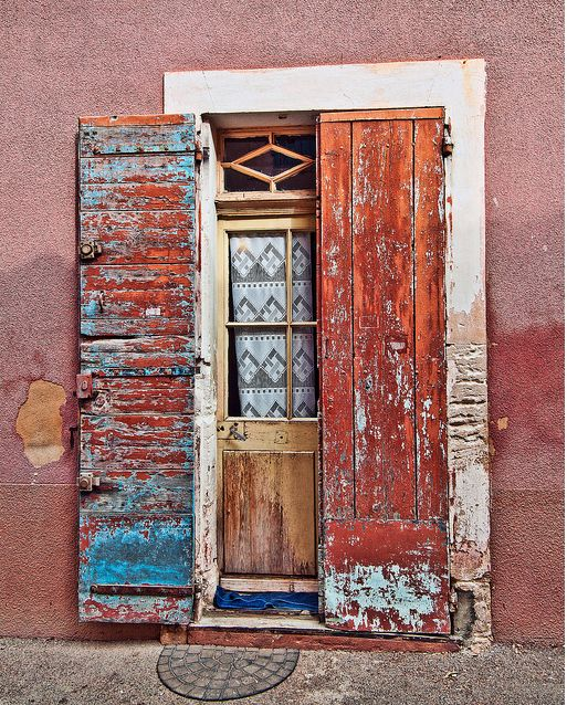 abriendo-puertas:  A doorway in the Luberon town of Roussillon, France. By Phil Haber