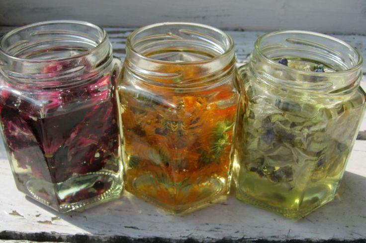 Allerlei gedroogde kruiden en bloemen, maar ook vanillestokjes, en bijv. citrusschillen kunnen gebruikt worden voor maceraten. Simpel en makkelijk om te maken.