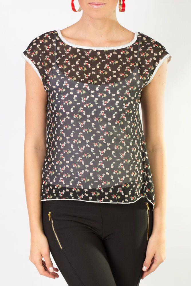 Blusa de chiffon negra con un estampado de florecitas de colores.