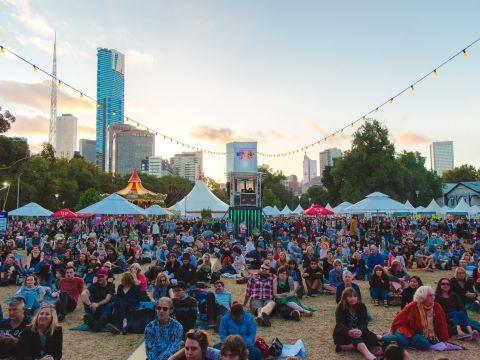 FESTIVAL MOOMBA: Moomba ocupa, desde hace 60 años, un lugar privilegiado dentro del calendario de eventos de Melbourne. Con su interesante programa de eventos gratuitos, Moomba ofrece entretenimiento para toda la familia.  Por esta razón, no encontrarás mejor lugar que Melbourne para pasar un fin de semana divertido durante el Día del Trabajo en marzo.