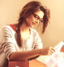<3 depika padukone is reading a letter i thought its the scene of yjhd
