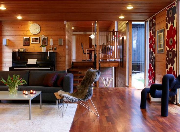 Stuen med trappen opp til spisestuen og kjøkkenet. Stolen «Scandia» (t.v.) som ble designet av Hans Bratterud i 1957 og er i produksjon igje...