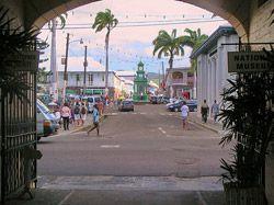 Calle de Basseterre San Cristóbal y Nieves es el país más pequeño de América. Está formado por dos islas separadas por el Estrecho de Narrows.  Basseterre, la capital, está en la Isla de San Cristóbal. Es una pequeña ciudad de edificios de estilo colonial francés y británico.
