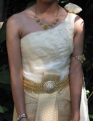 WEDDING: Thai Wedding Dresses  http://wedding22.blogspot.ru/2012/09/thai-wedding-dresses.html#.UQkLgGdad8E