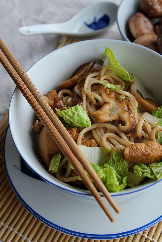 Nouilles udon sautées au poulet, shitakes et chou chinois | Emilie and Lea's Secrets