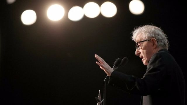 Les apparitions de Woody Allen en public sont rares mais jeudi dernier, le cinéaste était à Hollywood pour assister à une soirée pas comme les autres à l'American Film Institute. L'ex-compagne du réalisateur, Diane Keaton, y était à l'honneur pour recevoir le prix Life Achievement.  Dans son...