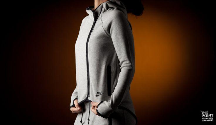 Chaqueta Nike Tech Fleece Cape Mujer Gris Negro, en esta #coleccioninvierno2015 #Nike lanza toda su artillería en las últimas tecnologías innovadoras en los tejidos y fibras que los componen, como componente principal en le cual se basa la colección es el #tejidoTech con propiedades que esparcen el calor y con un punto elástico que nos permite una total movilidad y con una sensación totalmente natural. Haxzte con ella en nuestra #tiendaonline #thepoint