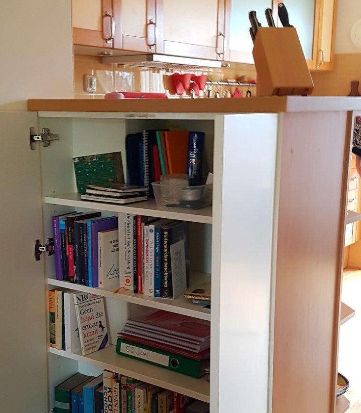 Bestaande keuken 'aangelengd' met een hoog kasten voor boeken en afgewerkt met onder andere een werkblad in precies de kleur van de overige keukenonderdelen.