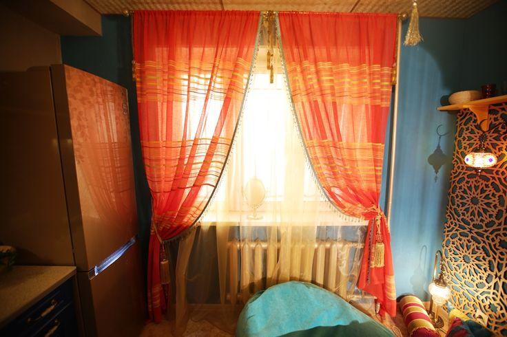 Ни один восточный сказочный интерьер невозможно представить без тканевого декора. В этом проекте акцентом и ярким контрастным пятном на фоне синей стены являются красно-оранжевые шторы. Ткань использована натуральная — лен. Особое внимание в марокканском стиле всегда уделяется деталям, поэтому на ткани присутствует отделка тесьмой с бусинами разной величины.