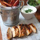 Een heerlijk recept: Kruidige cajunkip met aardappelpartjes en bieslookdip