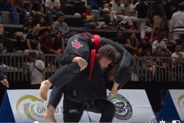 Brasileiro apaga rival em torneio de jiu-jitsu com estrangulamento avassalador; veja