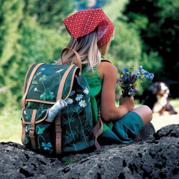 Un sac à dos peint de fleurs des montagnes