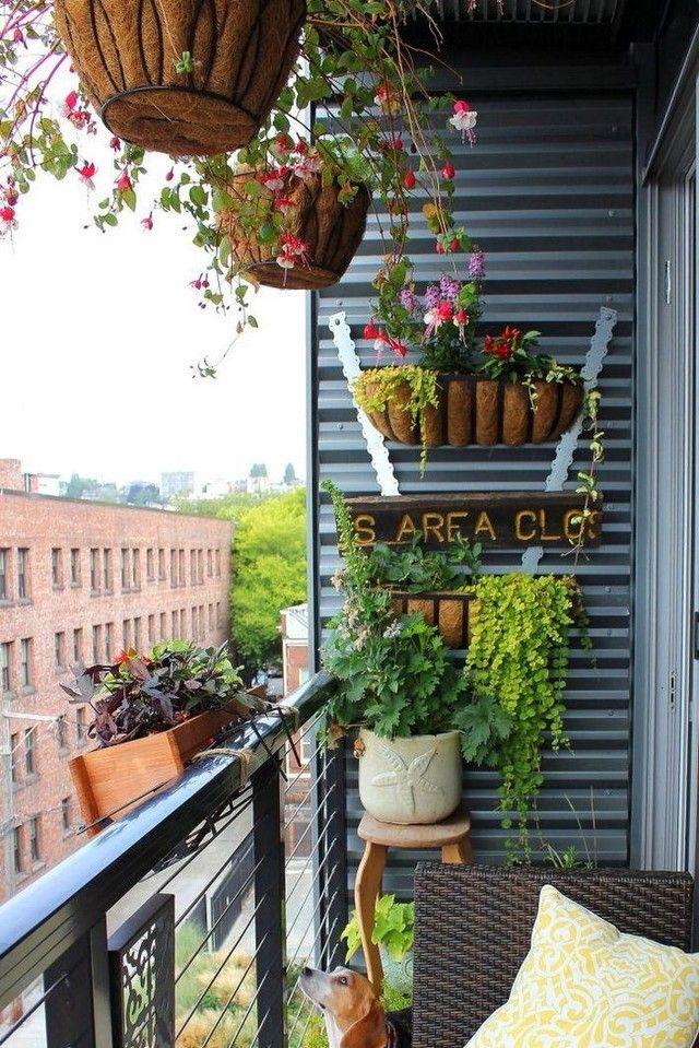 Горшки с цветами в оформлении балкона