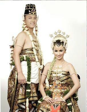 Indonesia traditional wedding dress from Java