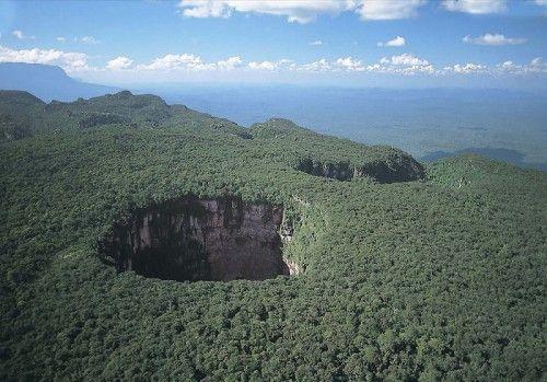Венесуэла,Столовые горы,национальный парк,  Канайма8  - Sandstone Tepui in Canaima National Park, Venezuela - sinkhole or pothole?