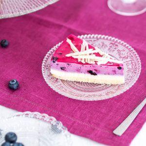 Ciasto cytrynowe z kremem jagodowym i białą czekoladą - porcja.