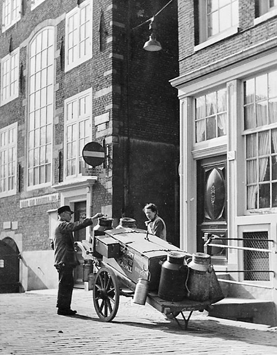 1949. Milkman at Spui in Amsterdam. In the background the Maagdenhuis. Photo: Kees Scherer.