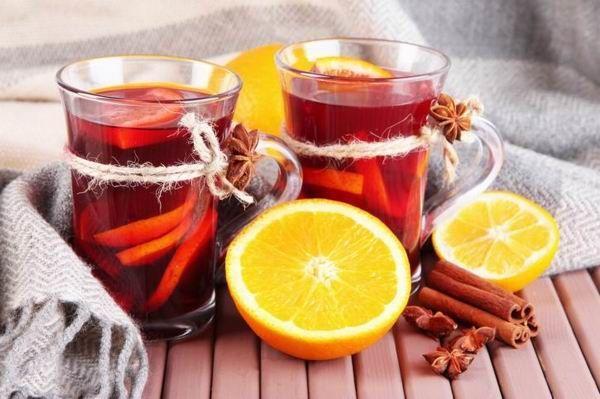 Ha elkészítetted a teát, akkor keverd bele a gyümölcsleveket, a fűszert és a mézet. Melegítsd fel az egészet közepesre. Ha kész, mérd ki poharakba a puncsot, és díszítsd narancsszelettel.