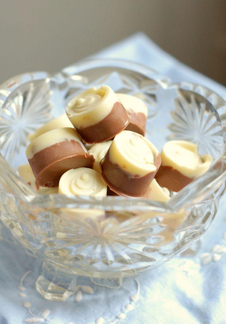 Vit ischoklad är precis lika enkelt att göra som vanlig ischoklad. Fast mycket godare och en hel del finare om ni frågar mig. Vill man göra den lite extra fin och god kan man smaksätta den med några krossade polkagrisar, kanderade mandlar, mininonstop eller något annat glatt.VIT ISCHOKLAD