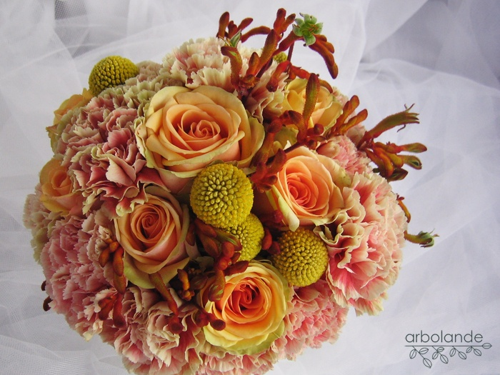Ramo de novia de claveles, rosas, craspedia y anigozanthos :: Wedding bouquet with carnations, roses, craspedia and kangaroo paws.