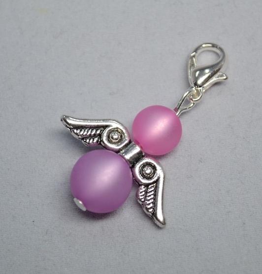 Bei diesem einzigartigen (Ketten-)Anhänger handelt es sich um ein ägyptisches Engelchen aus rosa / lila Polarisperlen.    Bei diesem selbstgemachten / handgemachten Perlenschmuck, wurden rosa / lila Polarisperlen und ägyptische Flügel verarbeitet. Man kann den Engel sowohl als Wechselschmuck an Halsketten, als Anhänger (zB. an Taschen), wie auch als Charm für Armbänder nutzen. --- aus unserem Dawanda Onlineshop auf: www.schmuck-mg.com