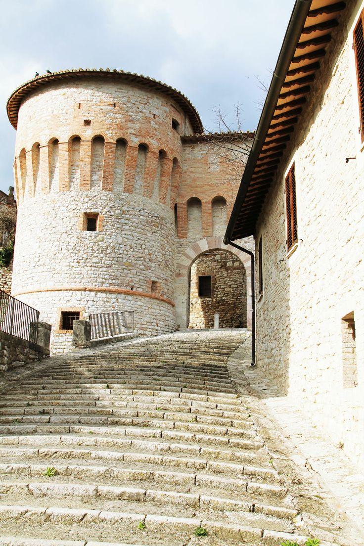 Uno degli accessi più suggestivi di Corciano è sicuramente Porta Santa Maria. L'adiacente Torrione del 1482 ci fa capire come la funzione difensiva fosse di strategica importanza per questo borgo medievale. Non lasciatevi intimidire dai numerosi scalini... Corciano merita di essere vista!