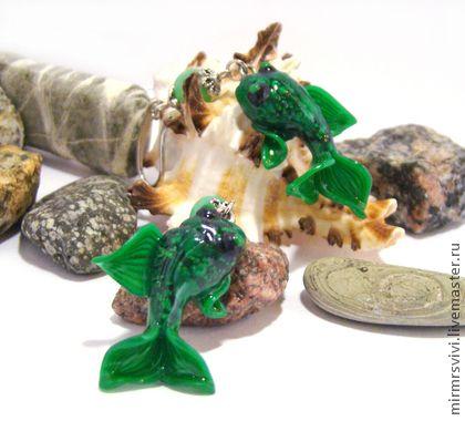 """Серьги """"Изумрудные кои"""" из запекаемой полимерной глины. Эти необычные авторские серьги выполнены полностью вручную - от эскиза до творческого воплощения - под впечатлением невыразимого изящества японских кои. Поэтому каждая из рыбок в этой очаровательной паре по-своему уникальна и неповторима..."""