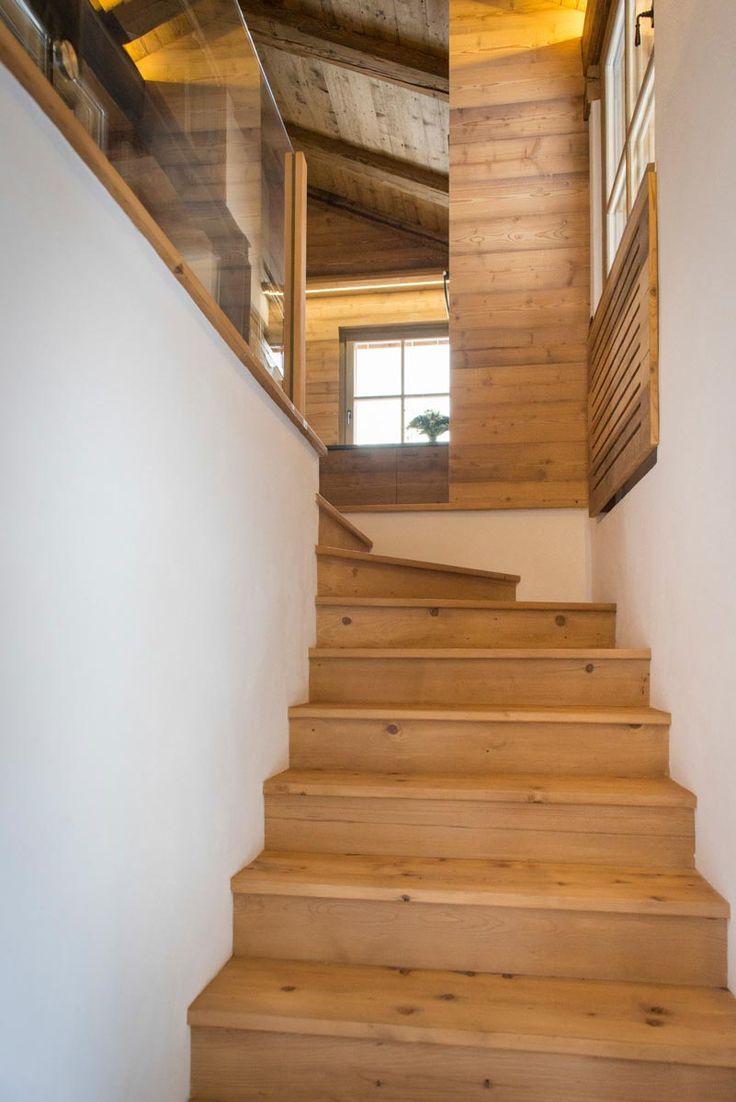 La scala di accesso all'appartamento, rivestita di legno d'abete, è collegata a quella esterna di porfido, completamente rifatta e posizionata sul lato nord della facciata dell'edificio a fianco di un ascensore.