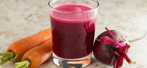 Mixgetränk aus Roter Beete und Karotten zur Blut- und Leberreinigung