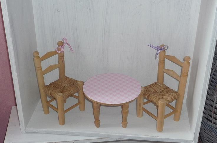Holz Mit Tapete Beziehen : Holz mit Schleifchender Tisch mit karierter rosa Tapete. H?bsches