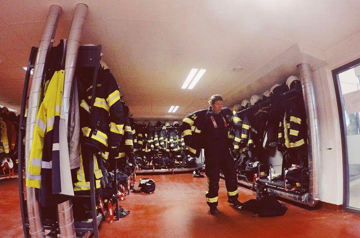 Systrar och bröder idag är det vår dag #förstamaj . . . . #workingclass #firefighter #worker #brandman #livetpåstation #räddningstjänsten #rescue #frihet #jämlikhet #solidarity #bomberos #feminism #equality #haymarket #lookslikefilm #lifestylephotography