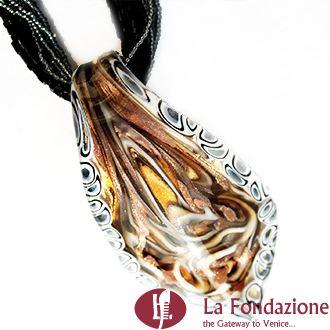 Collana con pendente in vetro di Murano dall'esecuzione molto complessa, con foglia oro  e con il bordo completamente attorniato da Murrine ( millefiori ). Il pendente è accompagnato da un torchon in tinta scura (nero/grigio) di conteria Chiusura in zama galvanizzata nickel free. Una collana che valorizza il suo pendente rendendo il gioiello un'opera d'arte, l'espressione della gioielleria veneziana più ricercata in assoluto.