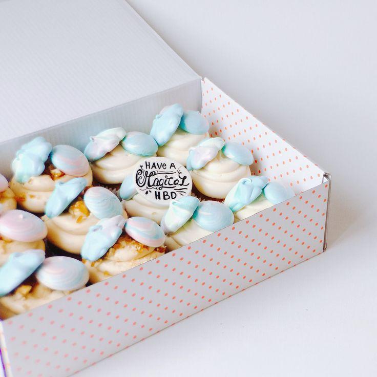 """En het Eenhoorn thema van de week gaat lekker door met deze geweldige """"Unicorn Poo"""" thema cupcakes in de smaken Worteltaart & Zoete Melk.  • #shs #studiohappystory #happystorycakes #cupcakes #unicorn #eenhoorn #cupcake #toppers #design #instafood #foodie #maatwerk #thema #verjaardag #birthday #party #celebration #feest #meringue #kusjes #kisses #pastel #colours #happy #sweet #magical"""