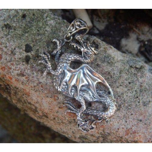 Liontin perak motif ukiran naga  Dimensi: 52x19x2mm  Bahan: Perak 925  Cocok digunakan sehari hari, Liontin perak asli buatan pengrajin dari Bali.  Atau juga bisa untuk dijadikan sebagai hadiah.