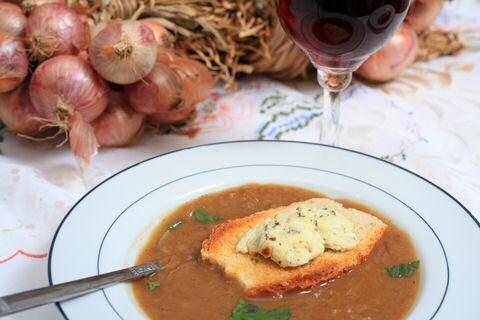 2 makkelijke en lekkere uiensoep recepten van Piet Huysentruyt uit SOS Piet, zonder de PH potjes maar wel met ingrediënten die ook jij nu in je keuken hebt.