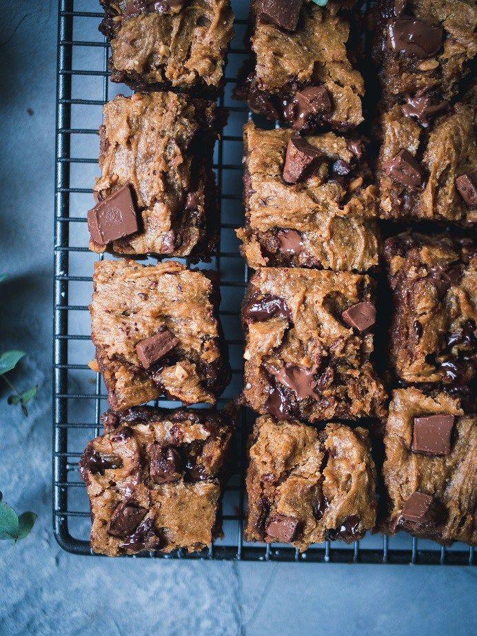 Vegaaniset pähkinävoi-suklaabrowniet, tried it, erittäin jees. Seuraavalla kerralla enemmän suklaata ja suolapähkinöitä.