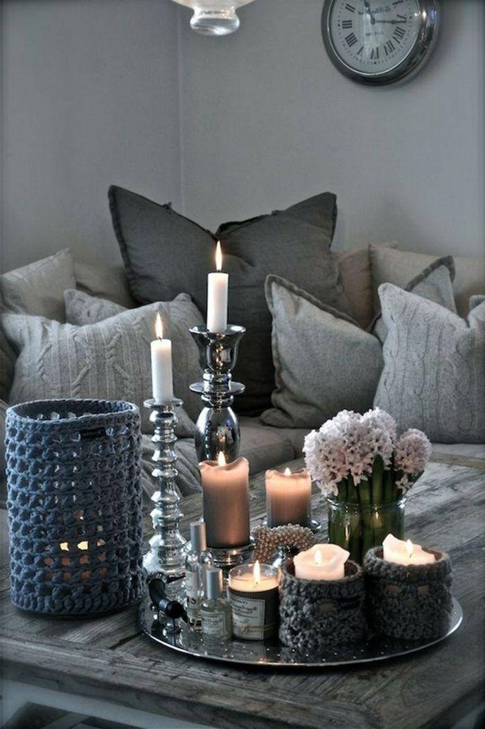 Wunderschöne Wohnzimmer Deko Ideen Für Couchtisch Mit Kerzen In  Unterschiedlicher Größe Und Weißen Blumen