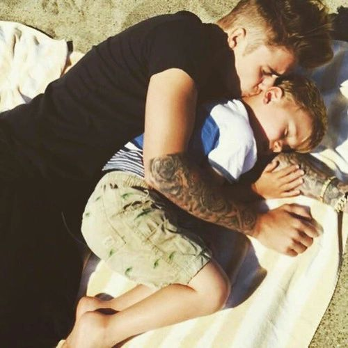 justin bieber sleeping on the beach with little brother jaxon