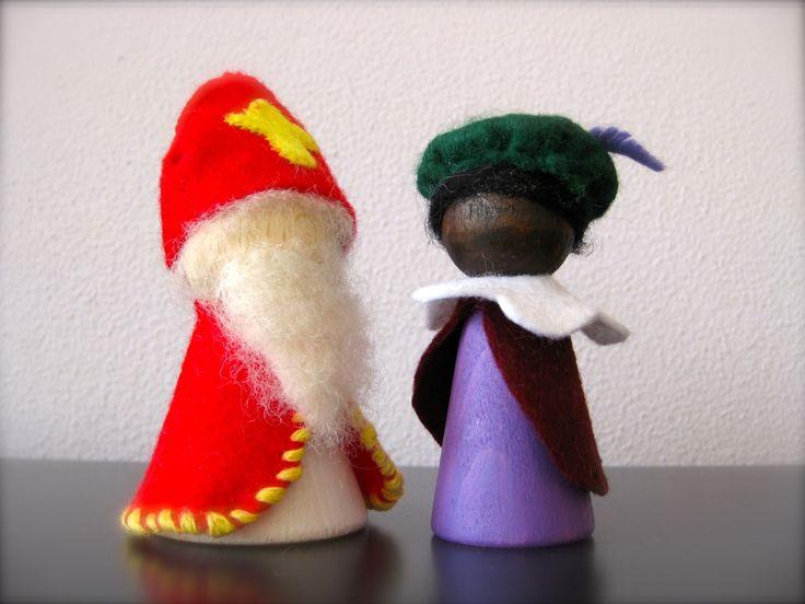 Maak van een houten peg doll je eigen sinterklaas peg doll. Volg de stappen die wij aangeven en voor je het weet heb je een prachtig sinterklaas kunstwerkje staan.