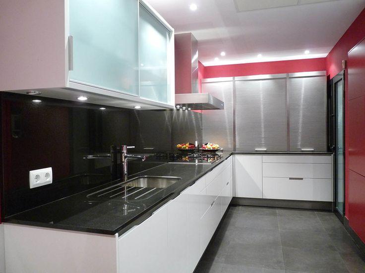 Este cocina forma parte de una obra general que hicimos en una vivienda en una zona residencial del norte de #Madrid. Se reestructuró el espacio de la #cocina (realizada en SANTOS modelo MINOS lacado en Blanco brillo).La encimera en GRANITO NEGRO INTENSO. Y las paredes en RAL 3003, el espacio para el cuadro electrico y el telefonillo está lacado en RAL 3003 diseñado por nosotros y ejecutado por nuestro carpintero. #Interiorismo #Arquitectura #Diseño�
