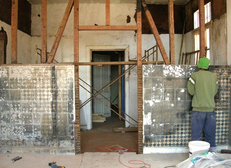 Recuperación de baldosines en el muro
