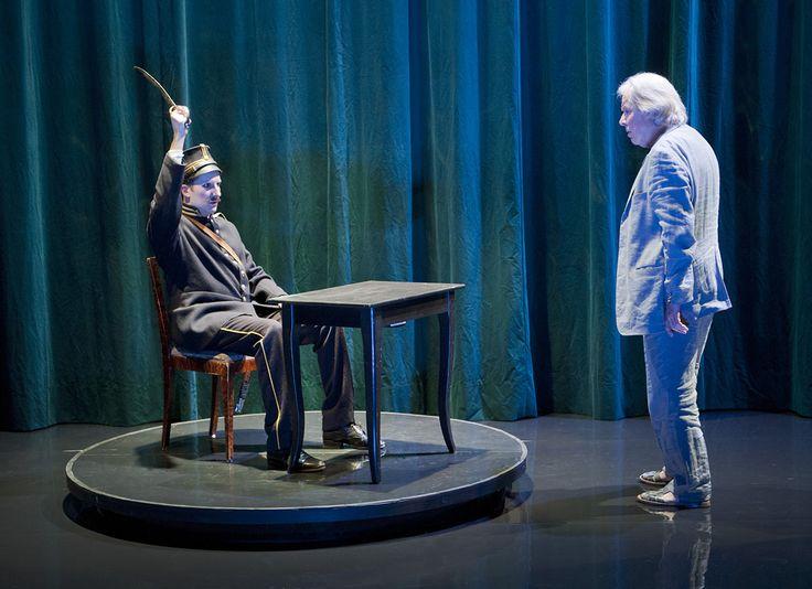 Soldaten i det växande slottet. Skådespelare: Filip Tallhamn och Sven Wollter. Scenografi och kostymdesign Lotta Nilsson. #sword #setdesign #teater #Theatre #actor #auguststrindberg