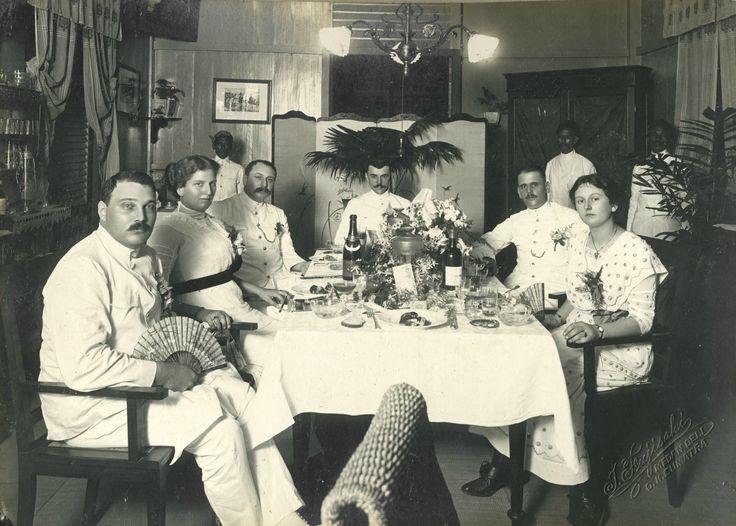 Europeanen aan tafel in een huis van een koffie- en rubberplantage. Deli Sumatra ca 1912. Collectie KITLV